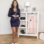 Sukienka Granatowa w Cekiny z Długim Rękawem z Odsłoniętym Dekoltem Secret Wish Boutique