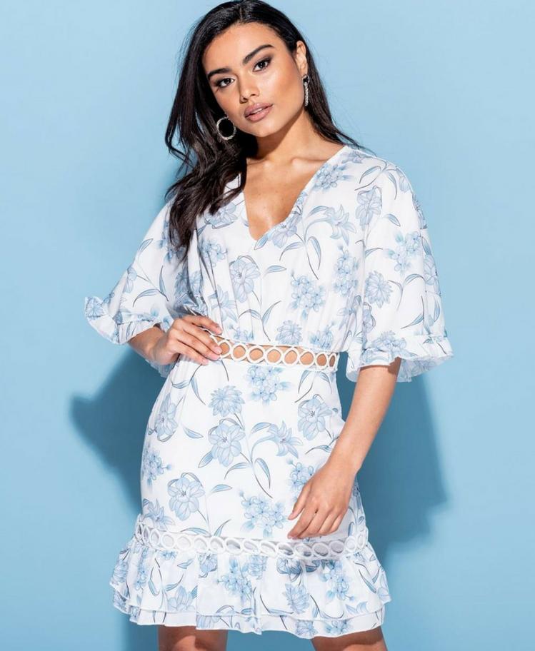 Sukienka Biała w Błękitny Kwiaty z Falbanką Secret Wish Boutique