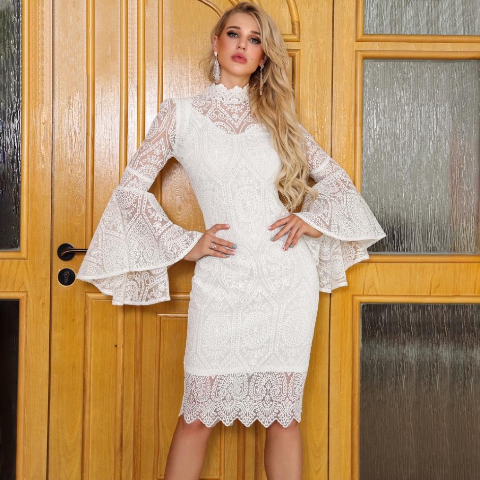 Sukienka Biała Koronkowa z Długim Rękawem Przed Kolano