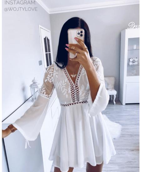 dziewczyna w białej koronkowej sukience mini