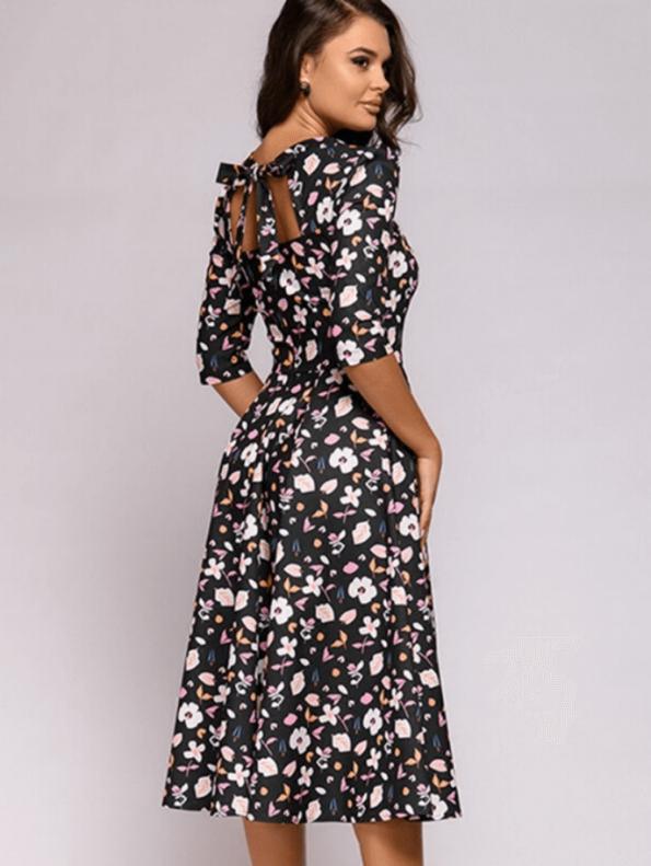 Secret Wish Boutique Mellisa Sukienka Granatowa w Kwiaty z Odsłoniętym Dekoltem Midi (1)