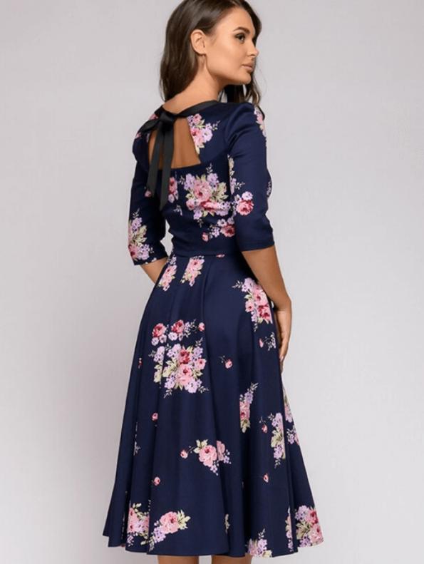 Secret Wish Boutique Mellisa Sukienka Granatowa w Kwiaty z Odsłoniętym Dekoltem Midi (3)